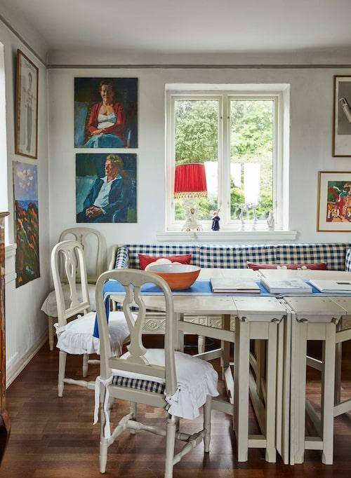 Möblerna vid husets ena matplats kommer från Ikeas 1700-talssatsning, som dessvärre inte är i produktion längre. Porträtten av Björn och Margareta är målade av Gerhard Nordström.