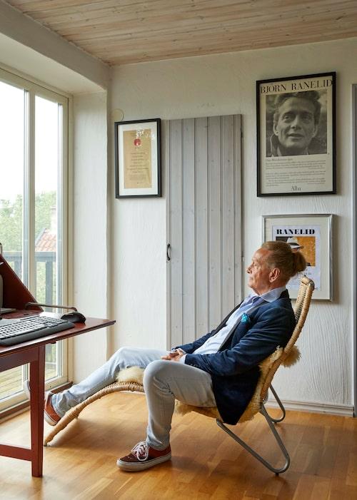 På andra våningen har Björn sin skrivarhörna med utsikt över äppellundarna. Vilstol för kontemplation ingår.