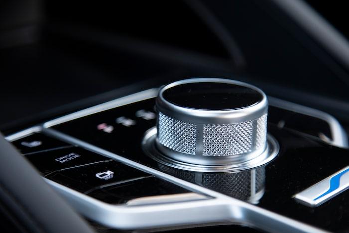 Växelväljaren sjunker ned i konsolen när du slår av strömmen. Jaguar-elegant.