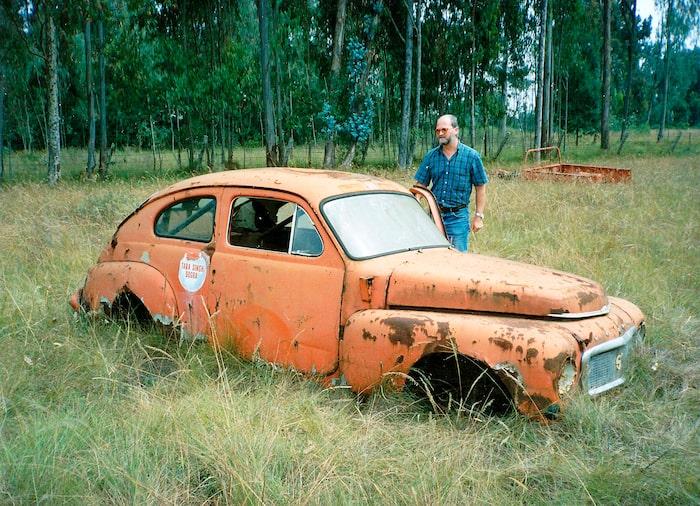 Sigurd Rege från Göteborg är en av delägarna i denna Volvo PV och här inspekterar han förödelsen på en bilskrot utanför Nairobi. Det ser illa ut och vid en närmare inspektion visade det sig vara mer arbete än någon kunnat tro. Bilen köptes 1989 och efter diverse uppehåll i renoveringen stod den klar i Sverige 2014.