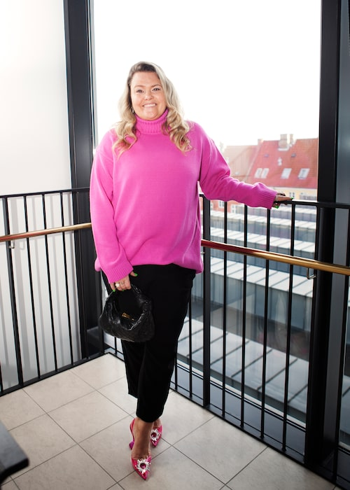 """Ida Pettersson Gateley: """"Tröja från Gauge81, byxor från Acne Studios, väska från Bottega Veneta och skor från Amina Muaddi."""""""