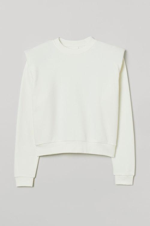 Vit tröja med axelvaddar från H&M. Klicka på bilden och kom direkt till tröjan.