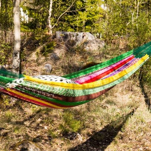 En multifärgad hängmatta piggar upp.