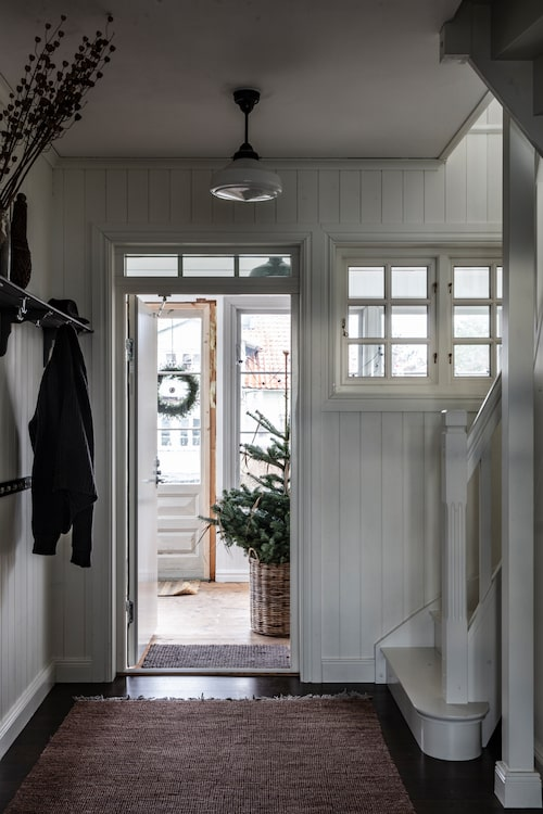 Hallen ut mot glasverandan som byggts av gamla fönster och dörrar.