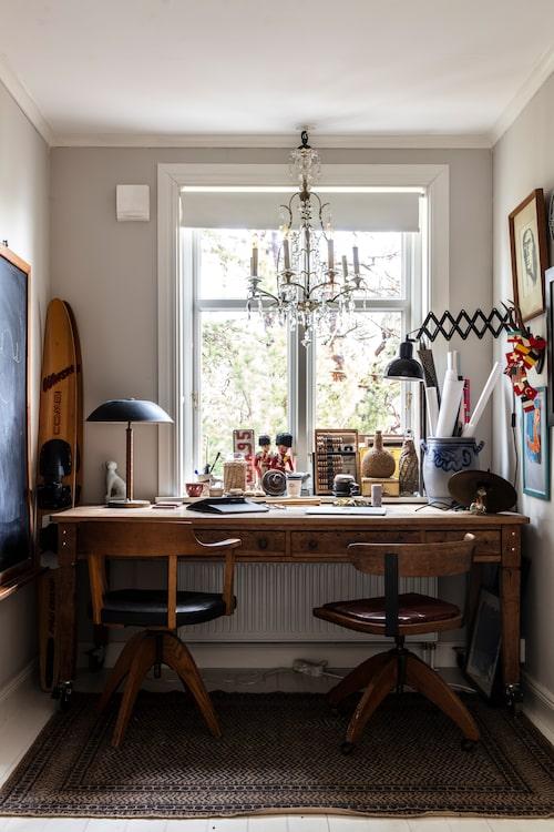 I sovrummet har Anna och Fredrik gjort ett kontorsutrymme, med stolar och bord köpta på loppis och auktion. Här får småsaker och minnen stå framme i en dekorativ röra.