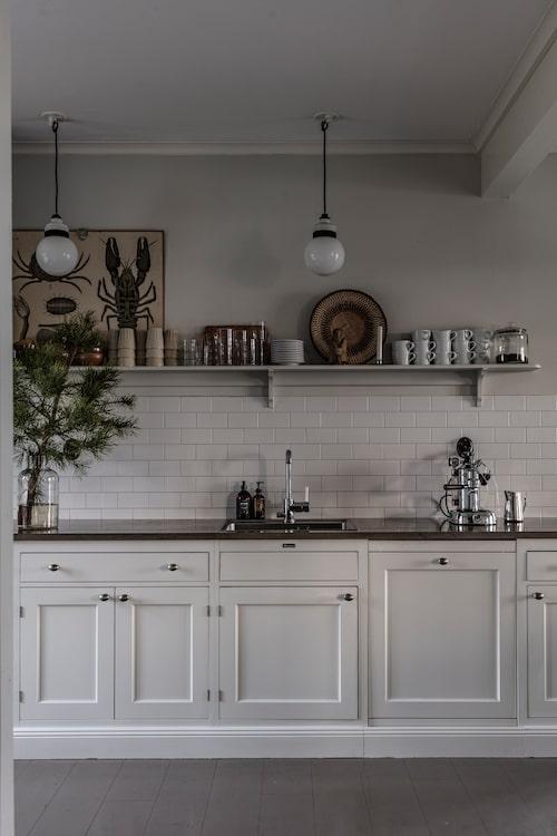 Det klassiska köket heter Dalby från Kvänum. Lamporna över köksbänken är köpta på loppis och blev som nya efter att de diskats rena från spindelnät, och elbyte. Skolplanschen har förmodligen hängt på Dalarö skola.