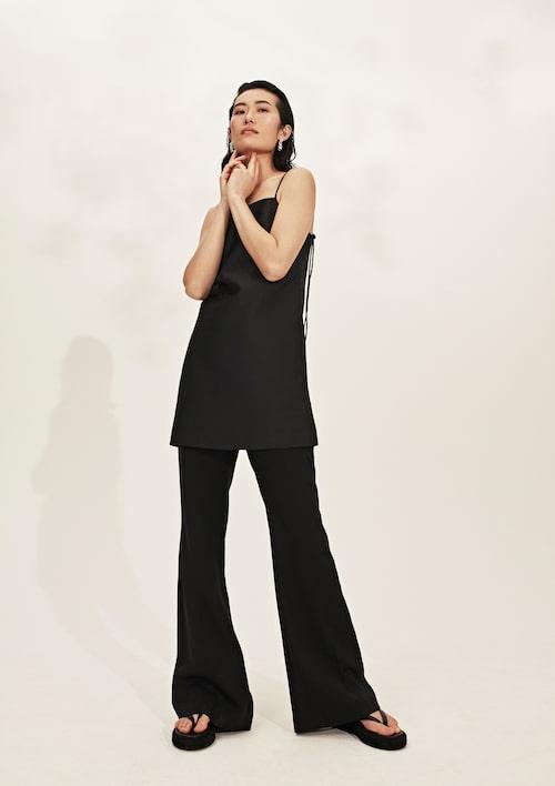 Ärmlös klänning med hög krage av triacetat/polyester, 5 280 kr, RTA.