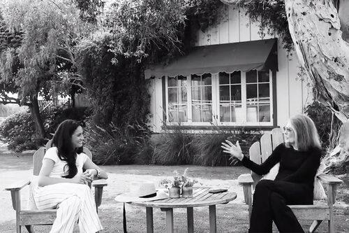Meghan Markle iklädd Anine Bing under ett samtal med Gloria Stenheim.