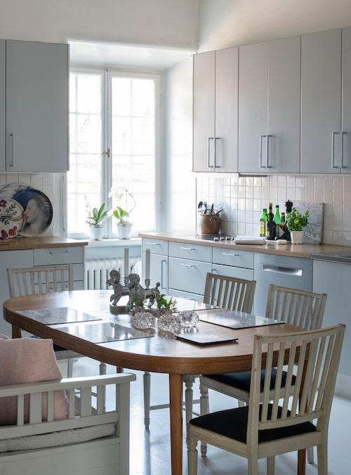 """Eftersom lägenheten tidigare var en privat sovrumsdel tillhörande en ambassadörsvåning fanns det inget kök när familjen flyttade in. Susanne och Jesper valde ett Marbodalkök med grå luckor och fronter. """"Vi älskar att vara hemma och vi lagar oerhört mycket mat."""" Matbordet är danskt och inköpt på Stockholms auktionsverk. Leksandsstolarna är arvegods."""