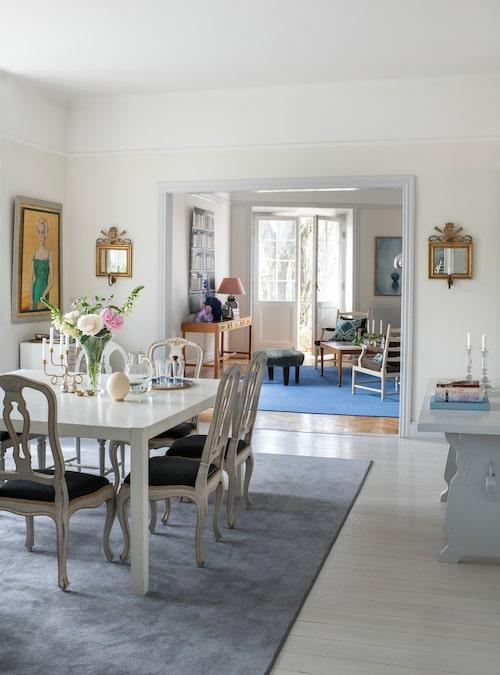 Matsalen är lite av ett allrum för den stora familjen. Vid det 15 år gamla matbordet från Allinwood görs läxor och dricks te. 1700-talsstolarna är ett arv från Jespers mormor, porträtterad i grön klänning i målningen av rysksvenska konstnären Zoia.