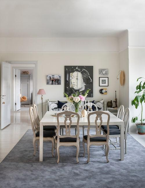 Den stora tavlan är en inramad tapetbit. Därunder står den gustavianska soffan som Susanne hittade på Stockholms auktionsverk efter att ha letat i fem år. Ögonkuddarna är av Bea Åkerlund för Ikea, och kartkudden består av två ihopsydda handdukar från Indiska. Den guldiga vägglampan är Luna piena från Catellani & Smith.