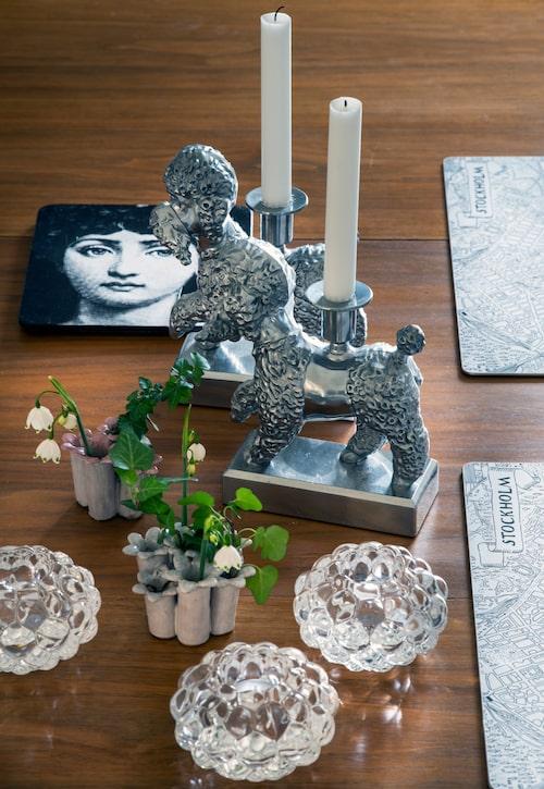 Susanne har samlat på sig ett antal av Per B Sundbergs pudelljusstakar ur kollektionen Föremål för Ikea. De små vaserna är fyndade på Myrorna. Underlägget med Fornasettimotiv är hemgjort.