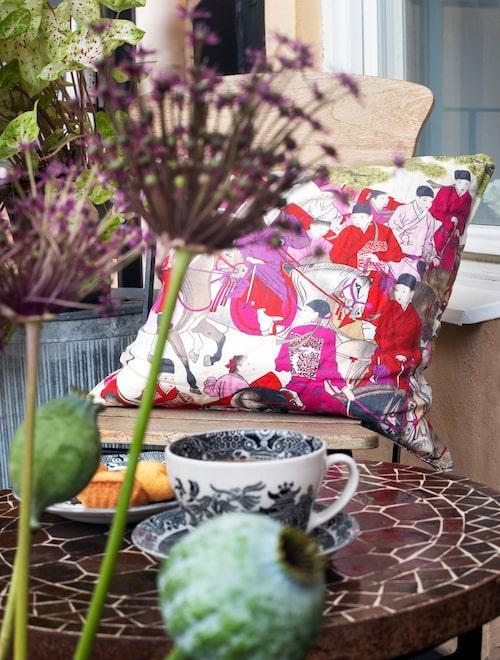 En glimt av balkongen som används så snart vädret tillåter. Mosaikbord från Spiti, kudde Posh living, tekopp, Burleigh pottery.