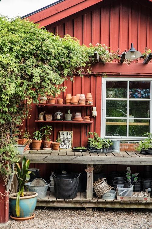 Den ordentliga arbetsbänken är placerad framför boden där Kajsa förvarar sina krukor.