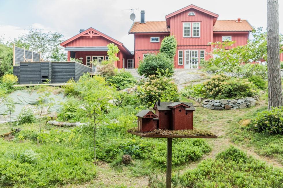 Fågelhuset är en kopia av huset. Staffans bror Mårten byggde det till hans femtioårsdag.