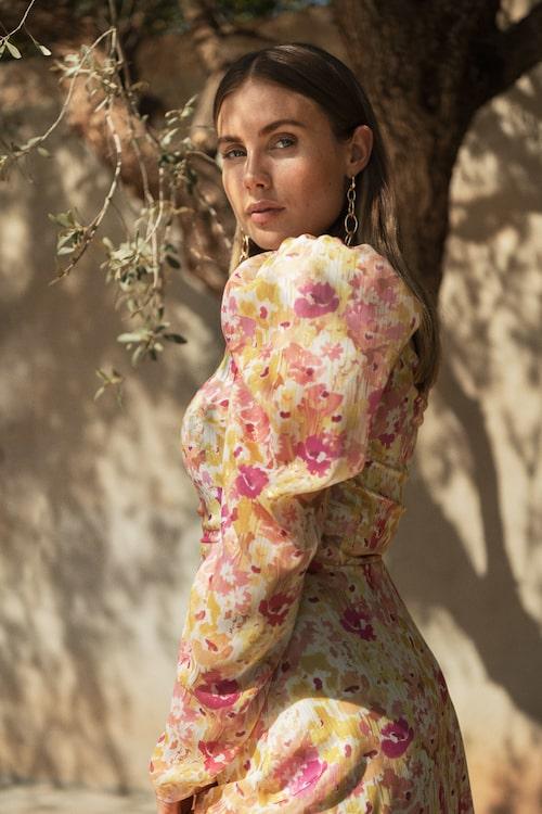 Blommig blus med puffärm. Klicka på bilden och kom direkt till blusen!