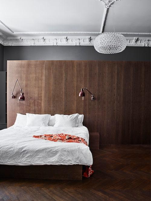Säng och sänggavel specialtillverkade i mörkpigmenterad ek, ritade av Viktoria. Sänglampor PJ 70 från Örsjö, taklampa Caboche, Foscarini. Kimono från Ballroom blitzz