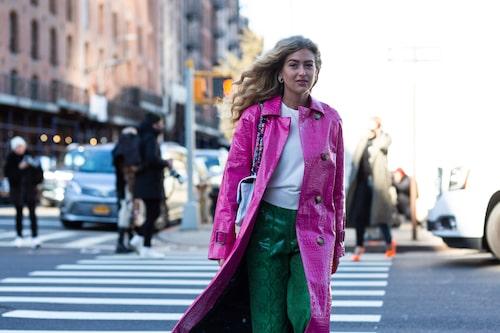Emili Sindlev i kappa från Saks Potts, tröja från Designers remix, byxor från Stand Studio och väska från Chanel.