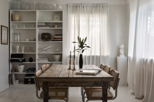 Matsalsbordet är ett ombyggt och modifierat secondhandköp, stolarna är Marcel Breuers Cesca för Thonet.