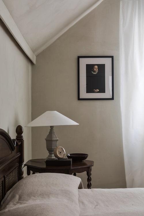 Närmast sakral stillhet råder i sovrummet. Sängram, bord och lampa, allt är vintage - sistnämnda har Lina målat med grå strukturfärg och försett med ny lampskärm.
