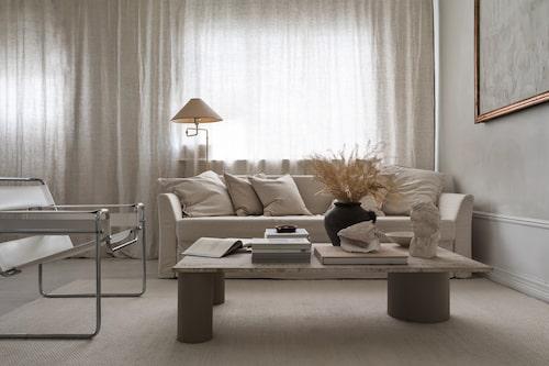 Monokromt med mycket materialkänsla. Ikeasoffan har överdrag från Bemz, stålrörsfåtöljen Wassily formgavs 1925 av Marcel Breuer. Soffbordet med marmorskiva har Lina byggt, golvlampa, second hand.