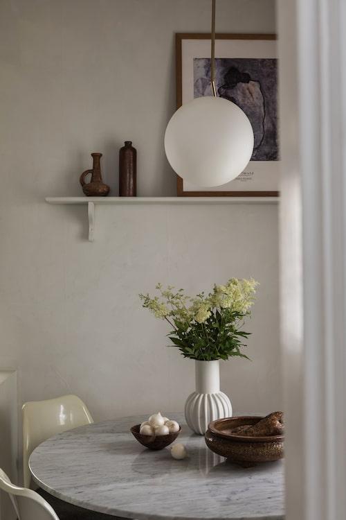 Köksbordet är en måttbeställd marmorskiva som monterats på en Ikeabas. Saarinens Tulpanstolar är vintage, taklampa, Flos.