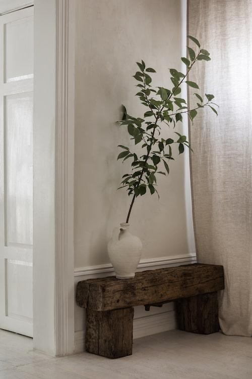 Bänken i hallen har paret gjort själva av gammalt trävirke.