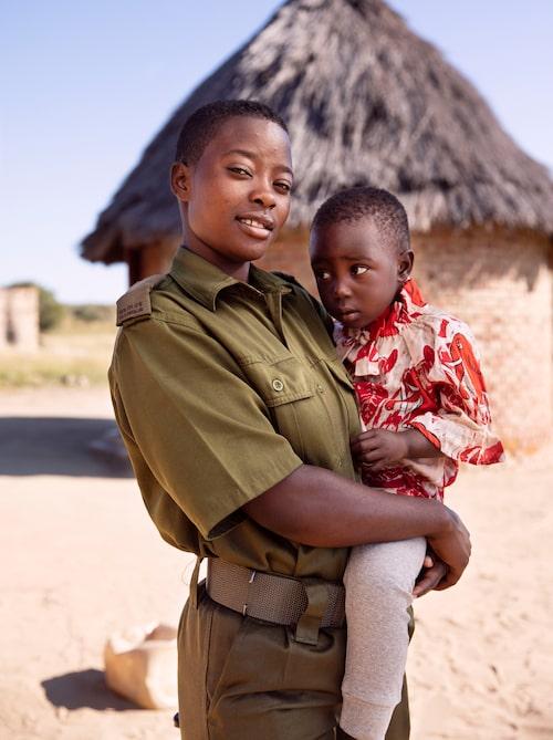 Parkvakten Primrose Mazuru, 23 år, med treåriga dottern Locadiah. Primrose har jobbat som ranger i två år.