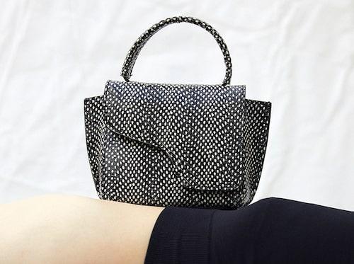 Väska av skinn, 4000 kr, ATP Atelier. Tights av återvunnen polyamid/polyester/elastan, 290 kr, Arket.
