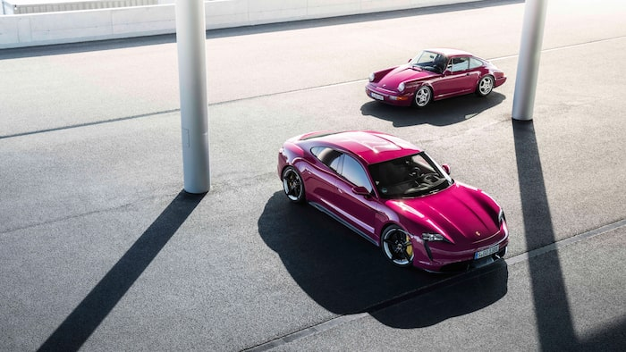 Porsche Taycan 2022 i färgen Rubystar