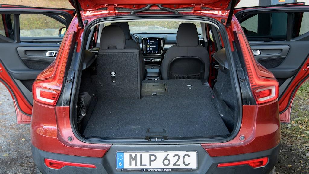 Även Volvo förlitar sig på sämre 60/40-delning, men här finns i alla fall en liten skidlucka.