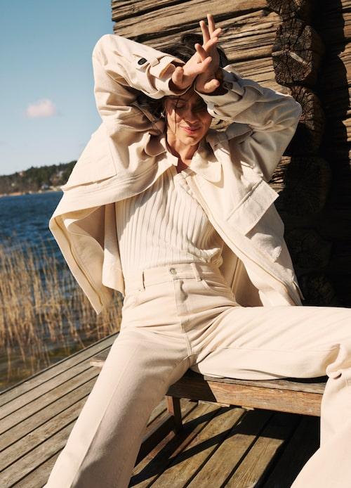 Jacka av organiskt bomull/polyamid, 4 499 kr, By Malene Birger. Ribbad tröja av viskos/organiskt bomull, 2 495 kr, House of Dagmar. Naturvita jeans av bomull/elastan, 599 kr, WERA. Örhängen av silver/guldplätering, 3 595 kr, Pantolin Jewellery. Loafers av läder, 1 000 kr, Vagabond.