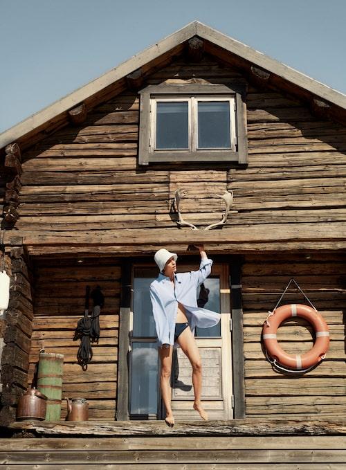 Randig skjorta av bomull, 2 500 kr, Acne Studios. Bikini trosa av polyamid/lycra, 300 kr, Champion. Vit hatt av ull/bomull/polyester/polyamid, 390 kr, Cos.