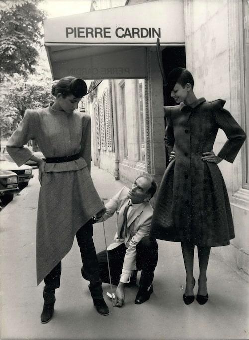 Pierre Cardin med två modeller som bär plagg ur hans kollektion från 1979.