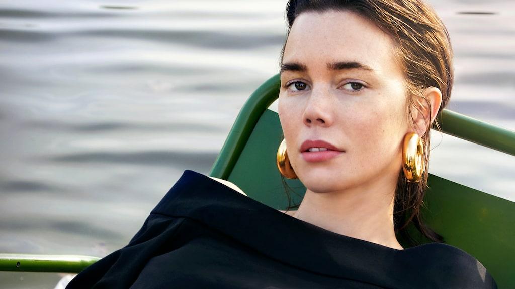 Hedda Stienrstedt i topp från Tibi, jeans från Isabel Marant Étoile och örhängen från Uncommon Matters.