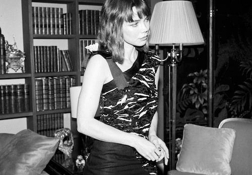 Hedda Stiernstedt klädd i Chanel på visningen av Chanels Maitres d'Art-kollektion 2020.