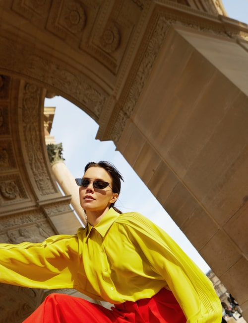 Hedda Stiernstedt i skjorta och byxor från Rochas och solglasögon från Prada