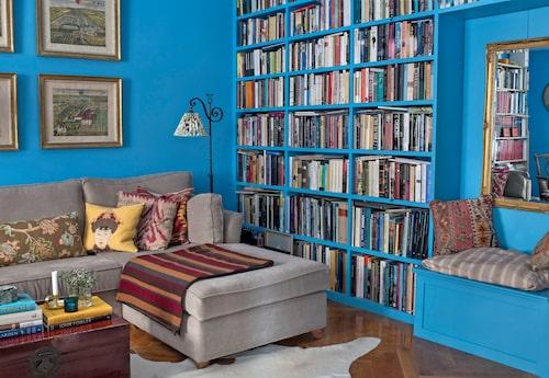 """Anna beskriver väggfärgen, St Giles Blue från Farrow & Ball, som """"någonstans mellan dalablått och påfågelsblått, mer varmt turkos än blå"""". Eftersom biblioteket är lite mörkt ville hon ha en stark färg som inte försvinner i skymningen."""