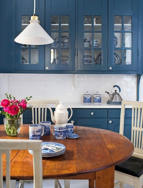 """Skåp från 1920-talet då huset byggdes, nu målade i mörkblå Stiffkey blue, Farrow & Ball. Det blåvita porslinet är Blue italian från Spode. """"För mig är det det enda mönstret. Bäst är att köpa tidig Spode, där den blå färgen är djup och nyanserad och linjerna skarpa."""""""