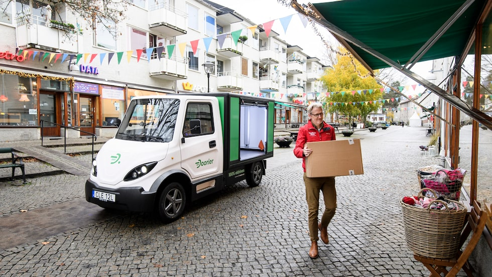 Laddad med gods. En elbil kommer lastad till köpcentret. Tyst å rent.