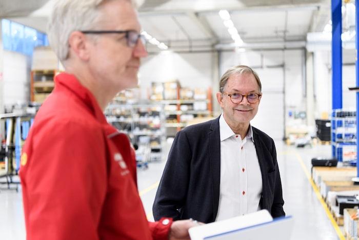 Inziles vd Ragnar Ågren visar runt i fabriken i Västervik.
