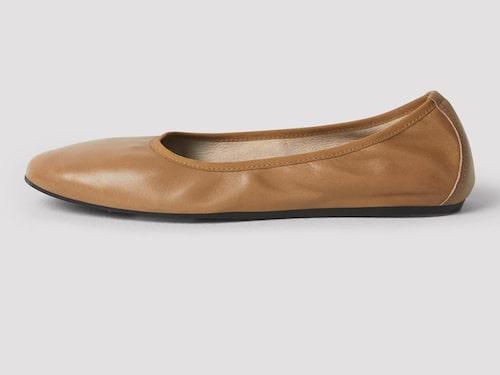 Beige ballerina från Filippa K. Klicka på bilden och kom direkt till produkten.