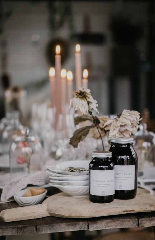 Te från We B Tea. Vintage-skärbräda, katrinbaath.se. Ljus från H&M Home.