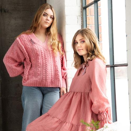 Systrarna Klara och Johanna från First Aid Kit står för designen av Rosa Bandet 2020.
