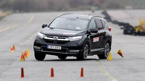 Bensin-CR-V når bara klarar 67 km/h i älgtestet (lätt fuktig vägbana) – det är inte godkänt. Hybriden får däremot godkänt med 72 km/h.