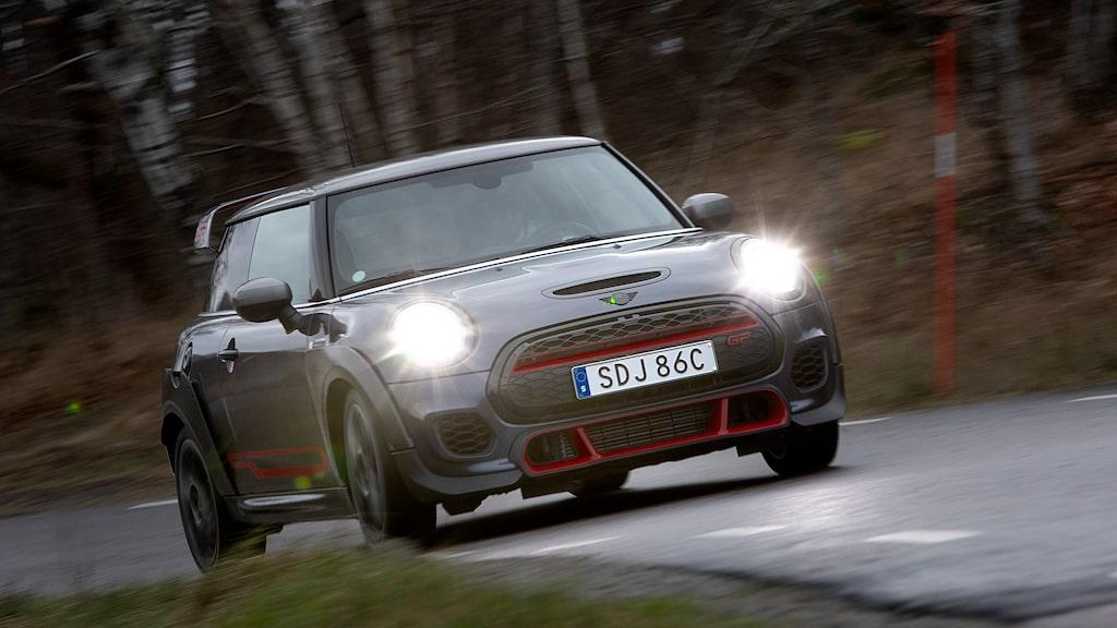 Tredje GP-upplagan av Mini har kommit till Sverige med mer effekt än någonsin. Vi kör den på vanliga vägar, men längtar tills vi får bryta runt med den på bana.
