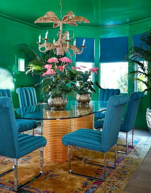 Welcome to the jungle. I matrummet omfamnas man av grönska. Såväl väggar som tak är målade lackblanka i frodigt djungelgrönt. Yviga palmer, rosa rosenkalla och en apförsedd takkrona i rotting bidrar till den exotiska känslan. Men trots all lekfullhet har man inte glömt bekvämlighetsaspekten, de mjukt stoppade stolarna borgar för långsittningar kring middagsbordet.