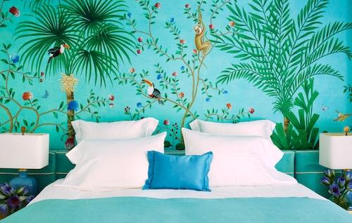 A slice of paradise. Poppys sovrum domineras av en iögonfallande fondvägg med apor och tukaner mot en Tiffanyturkos bakgrund. Tapeten är handmålad och kommer från brittiska de Gournay.