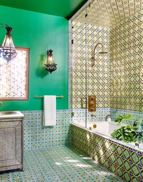 Mönster & mässing. Caras badrum har marockanskt tema med mönstrat kakel, mässingsdetaljer och lampor och handfatskommod med sirligt metallmönster. Även fönstret mot trädgården har försetts med utsirad metallplåt som skapar vackra skuggmönster när ljuset silas genom det.