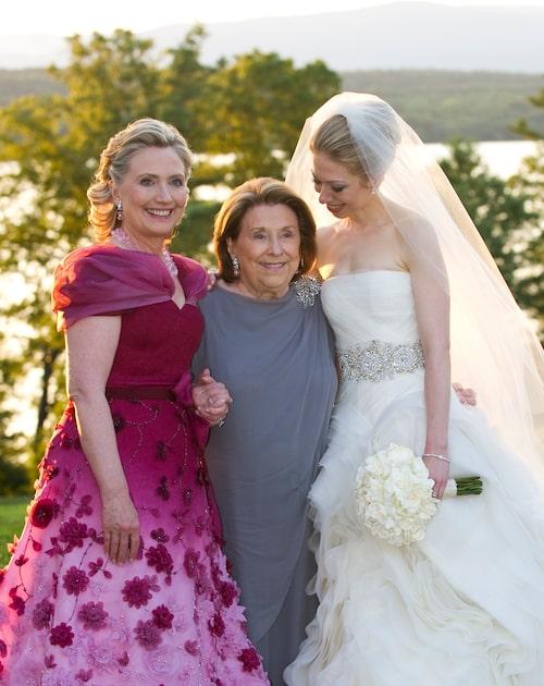 Hillary Clinton, hennes mamma Dorothy Rodham och dottern Chelsea Clinton under bröllopet 2010 då Chelsea gifte sig med Marc Mezvinsky.